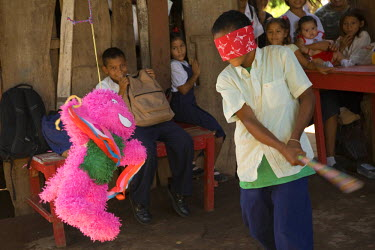 SA14JME0141 Central America, Nicaragua, Granada. Children with pinata at party. (MR)