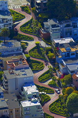 US05DWA0149 USA, California, San Francisco, Lombard Street (claimed to be the world's most crooked street), Russian Hill neighborhood, aerial
