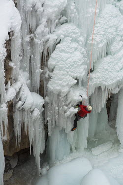 US06HGA0030 Ice climber ascending at Ouray Ice Park, Colorado