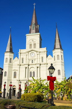 US19TDR0004 USA, Louisiana, New Orleans. Morning light on St Louis Cathedral in Jackson Square. Andrew Jackson statue in Plaza d'Armas