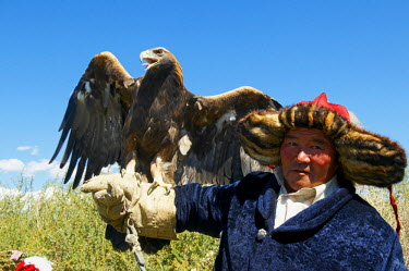 HMS0530600 Mongolia, mountainous region of Altai range, Bayan Olgii Province, Tsambagarav National Park, Kazakh eagle hunter with his eagle