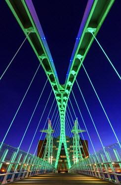 ENG12760AW Europe, United Kingdom, England, Lancashire, Manchester, Salford Quays, Millenium Lift Bridge