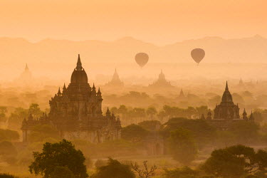 MYA2015AW Bagan, Mandalay region, Myanmar (Burma). Pagodas and temples with balloons at sunrise.