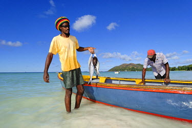 HMS0301025 Seychelles, Praslin Island, Anse Volbert Bay, come back from small-scale fishing