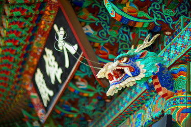HMS0612546 South Korea, South Gyeongsang Province, Hadong County, Chilbul Bouddhiste Temple, colorful dragon head carved in wood