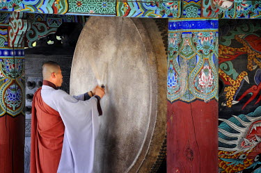 South Korea, South Gyeongsang Province (Gyeongsangnam-do), Gayasan, drum ceremony performed by monks before the evening prayer at the buddhist temple of Haeinsa listed as World Heritage by UNESCO