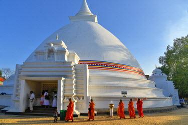 HMS1609400 Sri Lanka, Western Province, Colombo District, Kelaniya, Kelaniya Raja Maha Vihara's Buddhist temple, Stupa, monument commemorating Buddha's death, monks' procession in single file tourant around the...