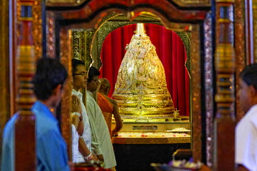 HMS1609584 Sri Lanka, Central Province, Kandy District, Kandy, Sacred city of Kandy listed as World Heritage by UNESCO, Temple Dalada Maligawa, opening of the room welcoming Buddha's tooth, pilgrims bringing off...