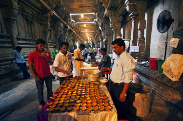HMS2015021 Sri Lanka, Colombo, man selling candles during the Thai Pongal harvest festival at a temple in Colombo. The Tamil festival of Thai Pongal is a thanksgiving festival celebrating a successful harvest