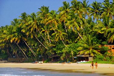 HMS2015079 Sri-Lanka, Mirissa, couple walking along white paradise beach
