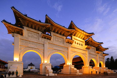 TAI0121 Taiwan, Taipei, Chiang Kaishek memorial grounds, Freedom Square Memorial arch