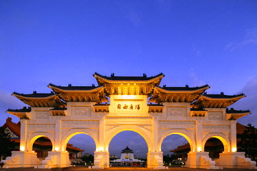 TAI0122 Taiwan, Taipei, Chiang Kaishek memorial grounds, Freedom Square Memorial arch