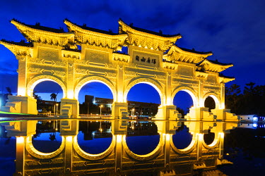 TAI0124 Taiwan, Taipei, Chiang Kaishek memorial grounds, Freedom Square Memorial arch
