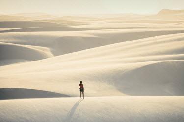 BRA2752AW Brazil, Maranhao, Atins, Lencois Maranhenses national park, people standing in the dunes near Atins town watching the sunrise