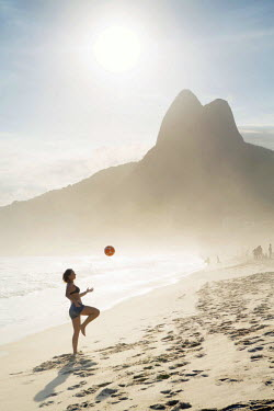 BRA2807AW South America, Brazil, Rio de Janeiro, a woman practising football or altinha on Ipanema beach (MR)