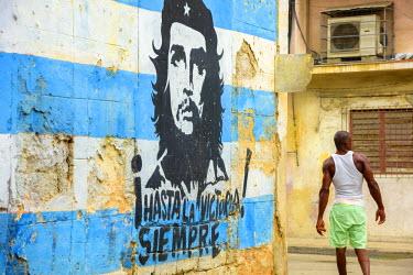 CB01778 Cuba, Havana, La Habana Vieja, Che Guevara and Cuban Flag mural