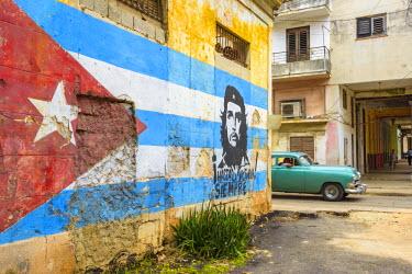 CB01779 Cuba, Havana, La Habana Vieja, Che Guevara and Cuban Flag mural