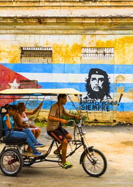 CB01780 Cuba, Havana, La Habana Vieja, Che Guevara and Cuban Flag mural