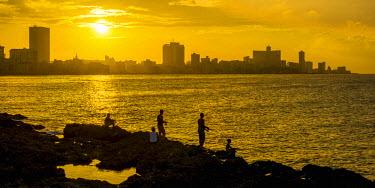CB01864 Cuba, Havana, The Malecon, Man fishing