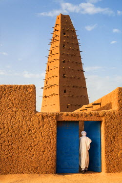 NIG7417 Niger, Agadez. The minaret of the 16th century Agadez mosque which is claimed to be in the tallest adobe structure in the world.