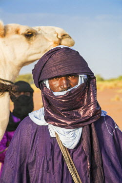 NIG7452 Niger, Agadez, Dabous. A Tuareg man in traditional dress with his turban coloured with indigo-blue.