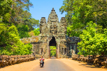 CMB1470AW Victory Gate entrance to Angkor Thom, UNESCO World Heritage Site, Siem Reap Province, Cambodia