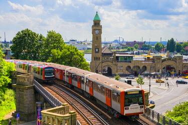 GER8970AW U-Bahn trains passing in front of St. Pauli Landungsbr�cken, St. Pauli, Hamburg, Germany