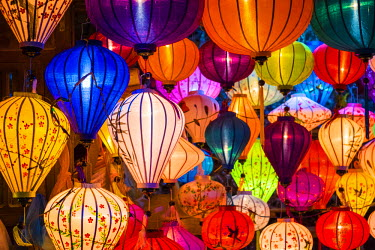 VIT1116AW Hand-made silk lanterns for sale on the street in Hoi An, Quang Nam Province, Vietnam