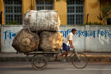 BAN0041AW Dhaka, Bangladesh. A rickshaw rider transports goods around the capital.