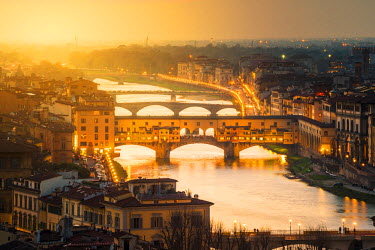 ITA5236AW Florence, Tuscany, Italy. Sunset view over the Arno river and Ponte Vecchio.