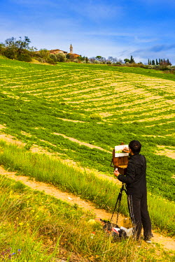 ITA5271AW Pienza, Siena district, Tuscany, Italy. Man painting the landscape and the village of Pienza.