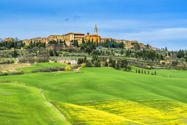 ITA5310AWRF Pienza, Siena district, Tuscany, Italy. View of the green hills of Pienza with the village on top.