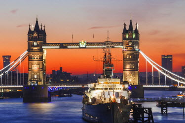 TPX53416 England, London, Tower Bridge at Dawn