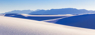 US32BJY0114 USA, New Mexico, White Sands National Monument. Desert landscape.