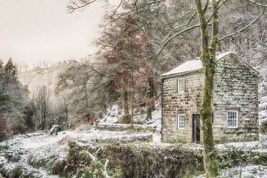 ENG13000AW England, Calderdale. A small building at Hardcastle Crags near Hebden Bridge, in winter.
