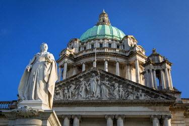 EU15BJN0106 Queen Victoria Statue below Belfast City Hall Building, Belfast, Northern Ireland, UK