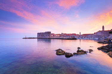 CRO1465AW Croatia, Dalmatia, Dubrovnik, Old town, Sunset over the city walls and harbour