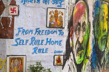 AS10EWI0305 India, Uttar Pradesh, Varanasi. Street art, Gandhi quote