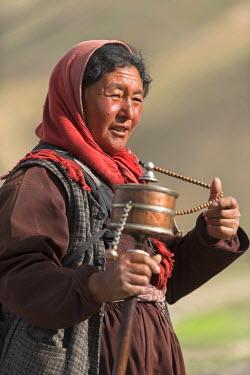IND8005 Ladakhi woman with prayer wheel, Indus Valley