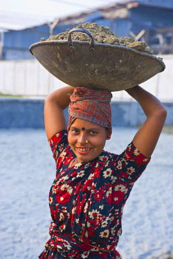 AS03MRU0108 Woman with a bowl of sand on her head, Barisal, Bangladesh, Asia