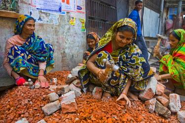 AS03MRU0109 Women breaking stones, Dhaka, Bangladesh, Asia