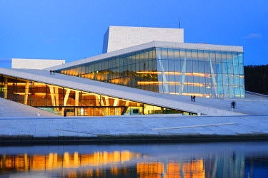 NOR0839AWRF The Opera House, Norwegian National Opera and Ballet, by Snohetta architects in Bjorvika district, in the evening. Oslo, Norway