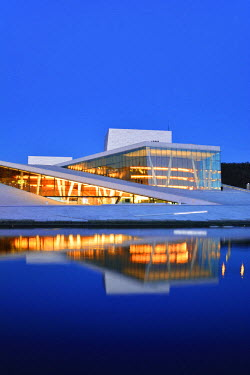 NOR0746AW The Opera House, Norwegian National Opera and Ballet, by Snohetta architects in Bjorvika district, in the evening. Oslo, Norway
