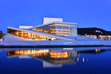 NOR0747AW The Opera House, Norwegian National Opera and Ballet, by Snohetta architects in Bjorvika district, in the evening. Oslo, Norway