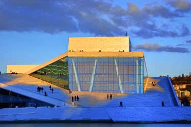NOR0748AW The Opera House, Norwegian National Opera and Ballet, by Snohetta architects in Bjorvika district, in the evening. Oslo, Norway