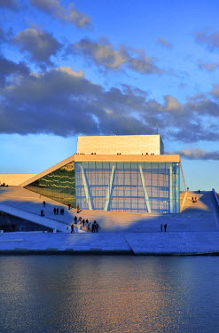 NOR0749AW The Opera House, Norwegian National Opera and Ballet, by Snohetta architects in Bjorvika district, in the evening. Oslo, Norway