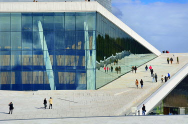 NOR0755AW The Opera House, Norwegian National Opera and Ballet, by Snohetta architects in Bjorvika district. Oslo, Norway