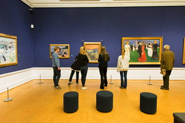 """NOR0803AW Visitors admiring the famous painting """"The Scream"""" by Edvard Munch. National Gallery (Nasjonalmuseet) in Oslo. Norway"""