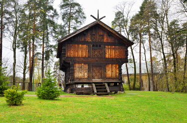 NOR0819AW Traditional storehouse at the Norwegian Museum of Cultural History (Norsk Folkemuseum) at Bygdoy. It's a large open-air museum with more than 150 buildings, relocated from towns and rural districts. O...