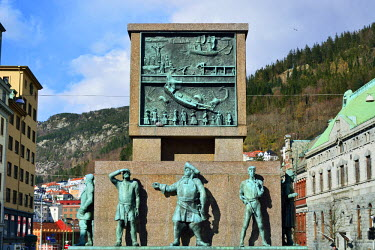 NOR0835AW The Seamen's Monument, created by the sculptor Dyre Vaa, in honour of Norwegian Seamen's achievements through the ages. Bergen, Norway